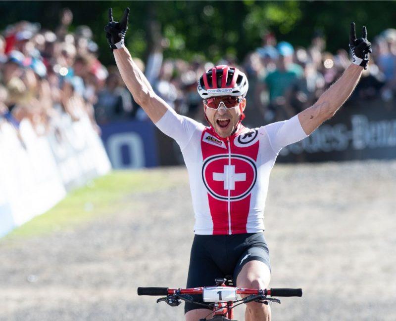Nino Šurters triumfējot šī gada pasaules čempionātā.