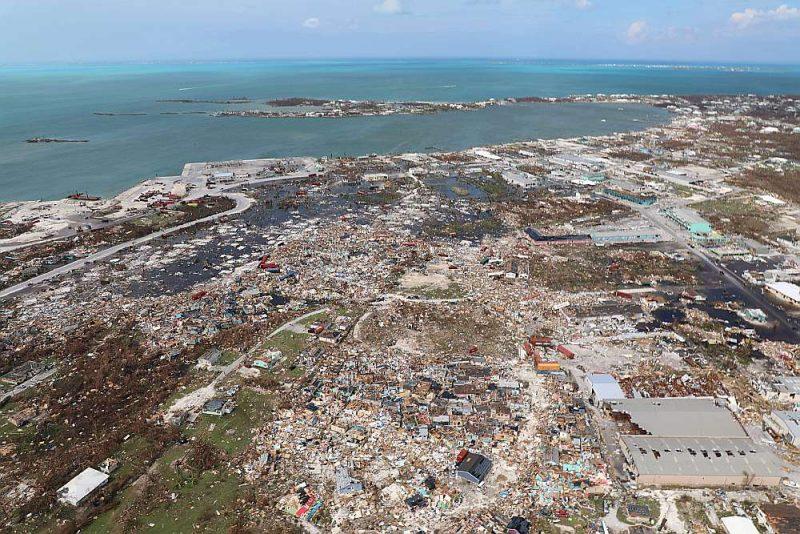 """Orkāns """"Dorians"""" Bahamu salās nopostījis tūkstošiem ēku, daudzviet pārtraukta elektroapgāde, sagāzti apgaismes stabi un nolauzti koki, applūdušas ielas un paralizēta satiksme."""
