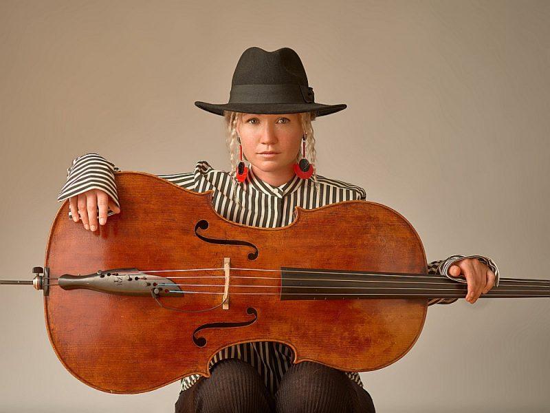 """Piektdien, 13. septembrī, plkst. 19 koncertzālē """"Cēsis"""" koncertā """"Laikmets"""" spēlēs amerikāņu čelliste Ešlija Bāsgeita."""