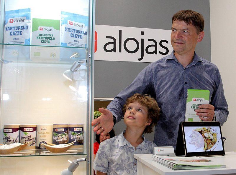 """Bioloģiskās cietes ražotājs """"Aloja – Starkelsen"""" šogad piedāvā inovāciju – bioloģisko pelēko zirņu miltus. Attēlā – uzņēmuma vadītājs Jānis Garančs ar dēlu."""