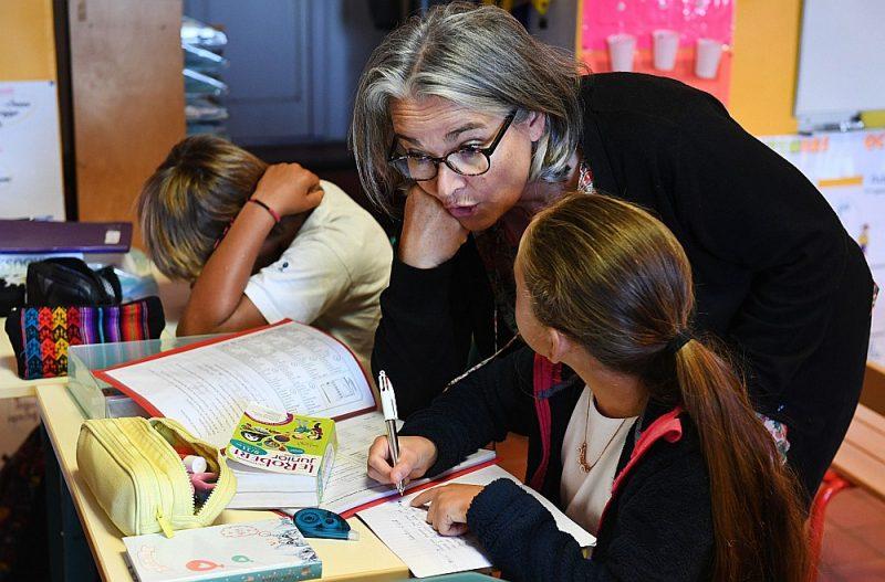 Skolotāja Marī Pola pirmajā skolas dienā sākumskolā Francijas salā Īldārā Morbiānas līcī Rietumfrancijā – mazā skolēnu skaita dēļ vienā telpā mācās dažādu klašu skolēni.