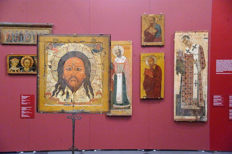 Izstādē var sastapt gan augsta līmeņa profesionālu mākslinieku ikonostasa ikonas, kur jūtama lielu skolu ietekme, gan tautas mākslai tuvākus provinciālu meistaru darinājumus.