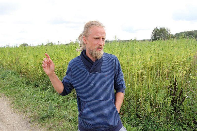 """Kaņepju audzētājs Andris Višņevskis: """"Veselības ministrija atbalsta to, ka farmācijas industrija var ražot medikamentus no kaņepju ekstraktiem, bet tas vairumā gadījumu būs sintētiski radīts produkts, kas nedarbojas tik labi kā dabiskais. Uzskatu, ka ikvienam ir tiesības audzēt kaņepes savām vajadzībām."""""""
