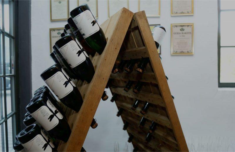 """Japānā norisinājās lielākais valsts sidru konkurss """"Japan Cider Awards"""", kurā Abavas vīna darītavas radītais dzirkstvīns """"Ābols apiņos"""" ieguva augstāko apbalvojumu."""