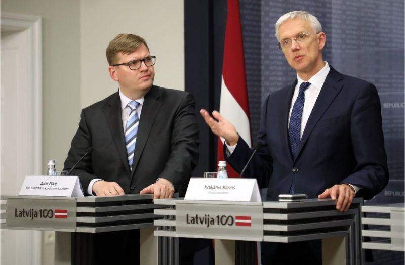 Vides aizsardzības un reģionālās attīstības ministrs Juris Pūce (no kreisās) un Ministru prezidents Krišjānis Kariņš.