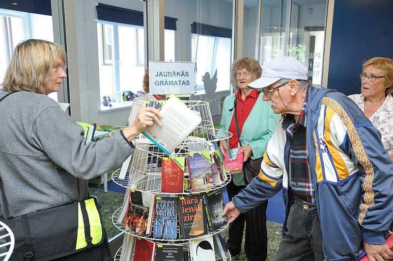 Limbažu Galvenās bibliotēkas krājums ir labi apgādāts un tiek ļoti operatīvi papildināts. Viesošanās dienā jaunumu plauktā bija redzamas grāmatas, kuras iznākušas tikai pirms pāris dienām.