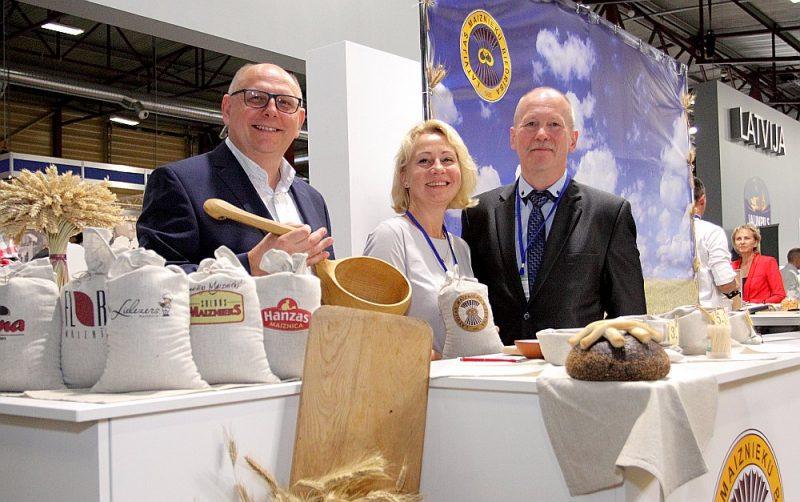 """Sīvā konkurence neļauj atslābt, vienlaikus liekot gudrot arvien jaunus un jaunus maizes veidus, izstādē """"Riga Food"""" apliecina SIA """"Lāči"""" īpašnieks Normunds Skauģis (no kreisās), Maiznieku biedrības izpilddirektore Gunta Duka un biedrības vadītājs Kārlis Zemešs."""