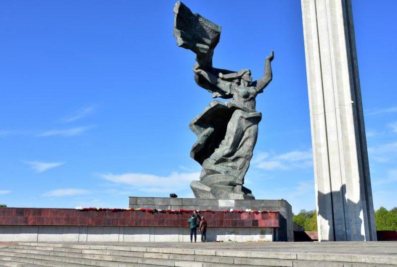 Tēlnieka Aigara Bikšes ieskatā, piemineklis Pārdaugavā faktiski parāda latviešu tautas spēku, jo parāda, ka tautai izdevies pārdzīvot tik varenu režīmu, kas būvējis šādu apjomu monumentus.