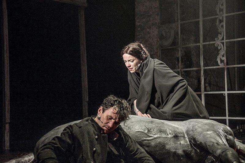 """Agnese Jēkabsone Kristīnes lomā un Gints Grāvelis Edgara tēlā Liepājas teātra izrādē """"Purva bridējs ugunī""""."""