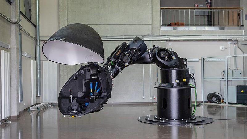 Robotam darbojoties, tiek radīta vienota kustības un virtuālā attēla iedarbība uz cilvēku.