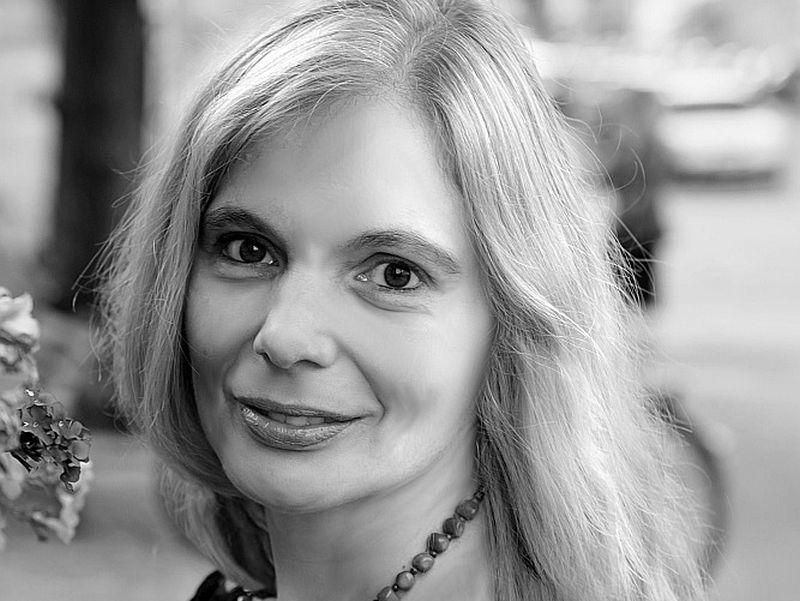 """Sandra Ratniece: """"Dzejā, tāpat kā prozā, autors identificējas un saplūst ar lirisko varoni. Diendienā dzīvo un sapņos kļūst par to."""""""