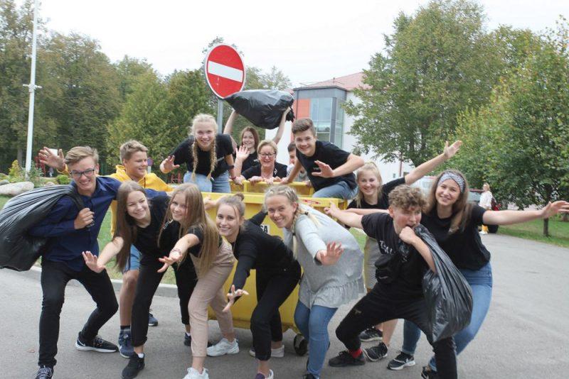 Ropažnieki jau pieraduši, ka zaļās idejas un darbi nāk no vidusskolas ekopadomes. Attēlā: Ropažu vidusskolas ekopadomes jaunieši un koordinatore Silvija Kantāne (centrā aiz konteinera).