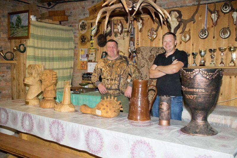 Andris Čoičs (no kreisās) un Mārtiņš Gabranovs spriež, ka kausiem būs jāierīko atsevišķs plaukts.
