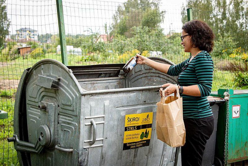 Stikla šķirošanas konteineros pudeles un burkas drīkst arī saplīst. Tur var ievietot arī zāļu pudelītes.