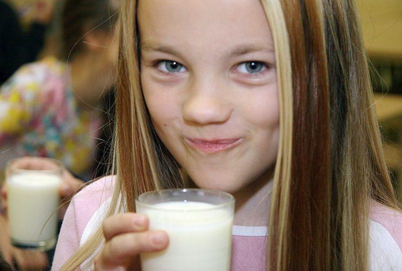 """""""Skolas piena"""" programmas 15 gadu laikā izdzerti vairāk nekā 35 tūkstoši tonnu piena un tā produktu."""