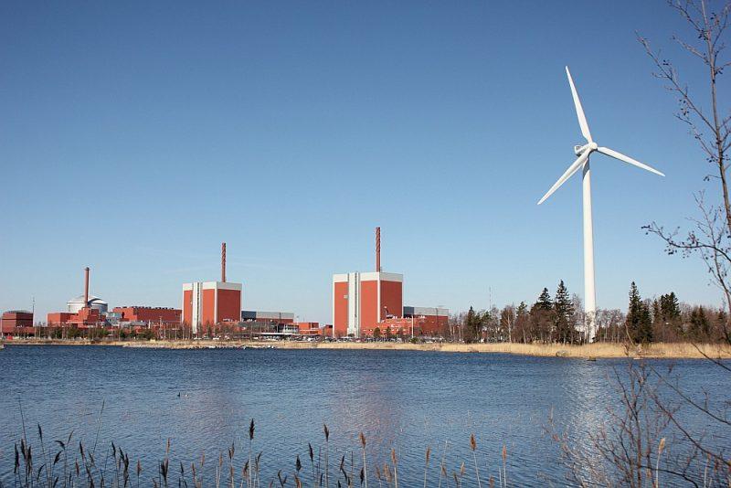 Somijas emisijas tagad ir par piektdaļu zemākas nekā 1990. gadā, lai gan ekonomika ir augusi. Vēja enerģija un kodolenerģija vēl vairāk uzlabos situāciju – attēlā skats uz Olkiluoto AES uz Eurojaki salas.