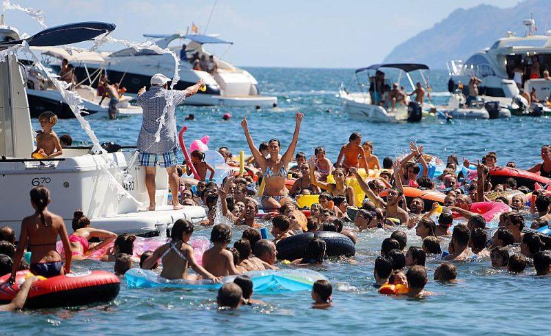 Ceļojumu pārdošana 2020. gadam jau rit pilnā sparā. Kas pirmais brauc, pirmais maļ – proti, iegūst vislielākās atlaides. Attēlā: Spānijai piederošās Maljorkas salas pludmale.