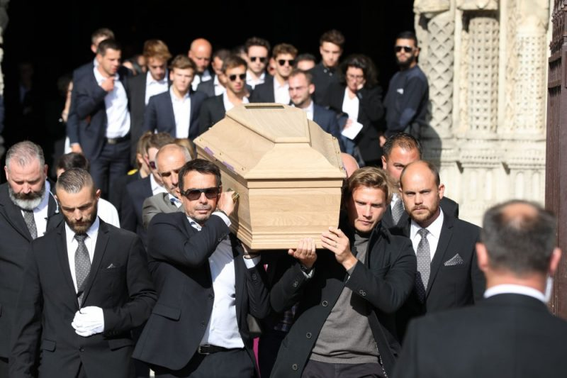"""Francijas pilsētā Šartrā pēdējā gaitā tika izvadīts aizpagājušajā nedēļas nogalē bojā gājušais """"Formula 2"""" pilots Antuāns Ibērs."""