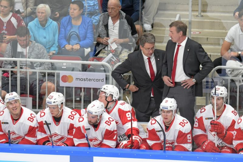 """Harijs Vītoliņš un Oēgs Znaroks ar Maskavas """"Spartak"""" KHL čempionāta atklāšanas spēlē 2. septembrī Rīgā."""