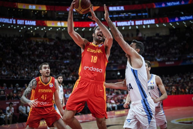 Spānijas basketbolisti uzbrukumā.