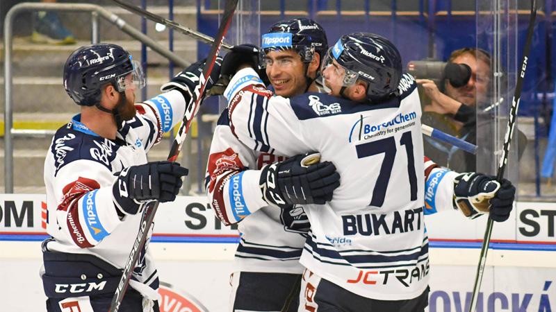 Roberts Bukarts (no labās) ar komandas biedriem priecājas par uzvaru.