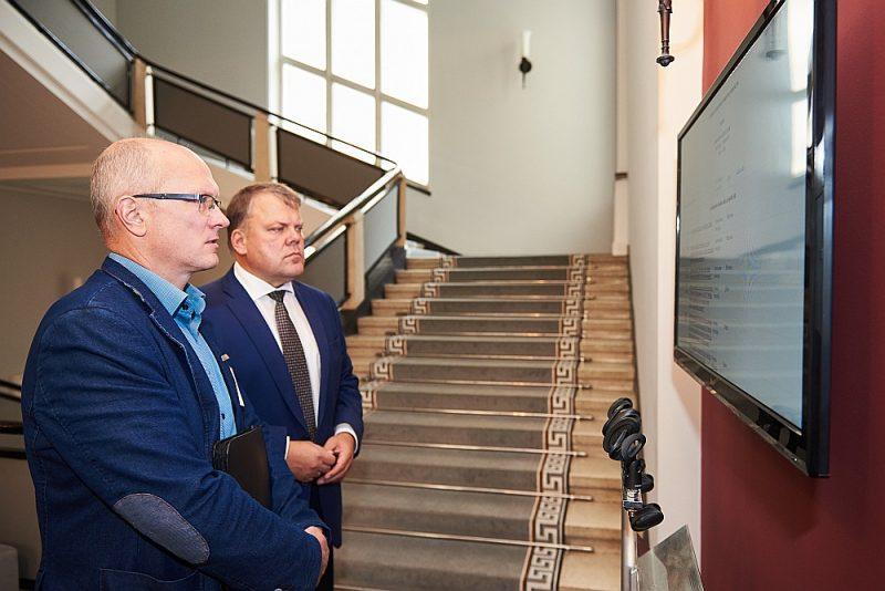 Uz valdības sēdi bija ieradušies daudzi vietējo pašvaldību līderi. Latvijas Pašvaldību savienības priekšsēdis Gints Kaminskis (no labās) sekoja līdzi lēmuma pieņemšanas gaitai.