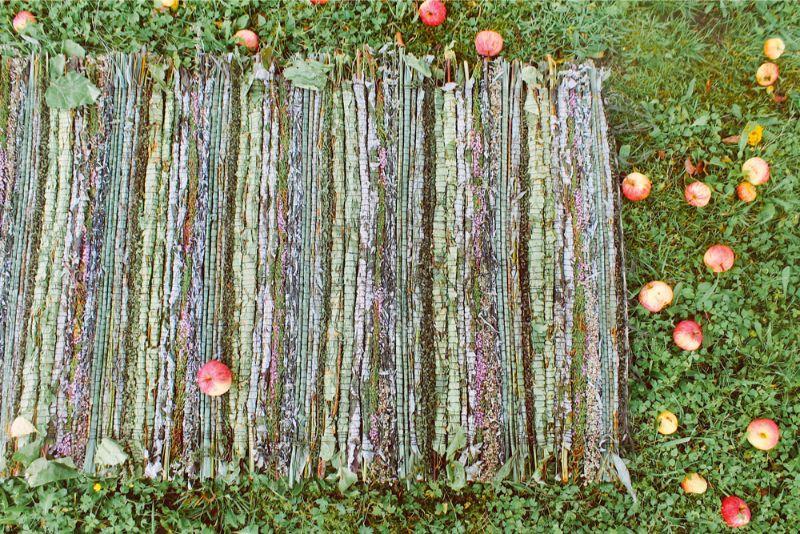 Viss, ko var atrast Lubānas puses pļavās un mežos, Katrīna Valaine ieauž smaržīgos un ārstnieciskos zāļu paklājos pirtij.