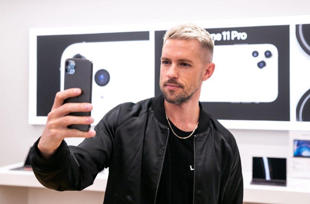 """""""X Faktora"""" vadītājs un dziedātājs Markus Riva ticis pie sava jaunā """"iPhone"""" telefona."""