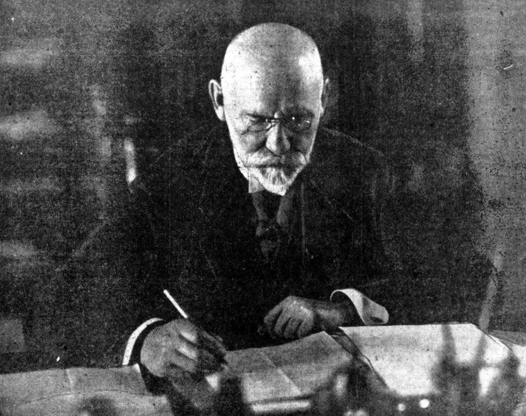 Jānis Čakste (1859–1927) darba kabinetā 1927. gadā.
