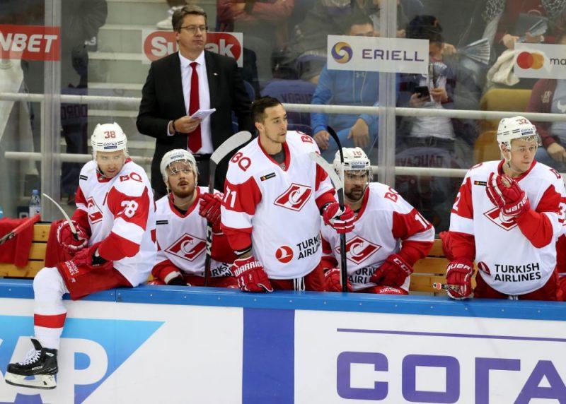 """""""Spartak"""" komanda ar Hariju Vītoliņu uz komandtiltiņa zaudēja pirmajā KHL spēlē Almati pilsētā."""