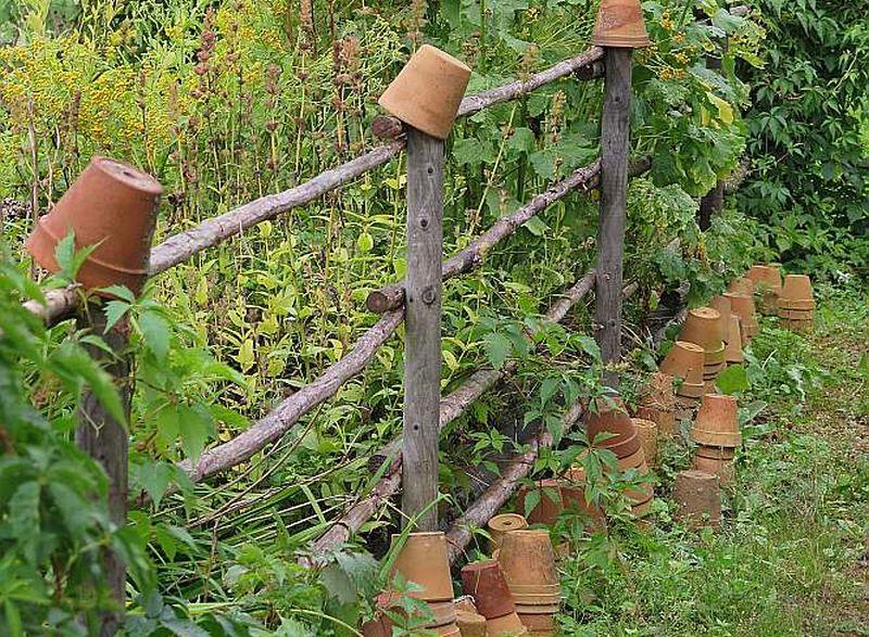 Sētiņas stabi micītēs kalpos ilgāk, ja uz tiem pa ziemu turēs podiņus. Savukārt uz zemes atstātajos pajumti atradīs ķirzakas.