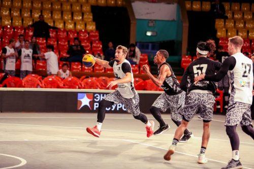 """Ventspils Ghetto"" 3×3 basketbola komanda uzbrukumā."