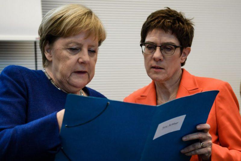 Angela Merkele (foto – no kreisās) un Annegrēta Krampa-Karenbauere.