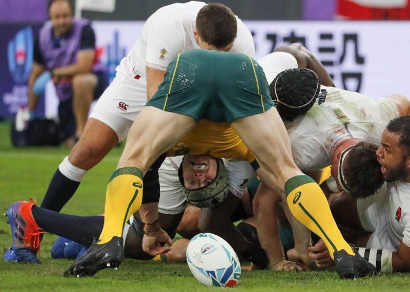 Austrālijas regbija izlasei ceturtdaļfinālā pret Angliju viss beidzās caur kājstarpi.
