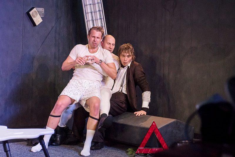 """Artūrs Dīcis, Dainis Gaidelis un Kaspars Zāle Dailes teātra izrādē """"Trīs šūpolēs""""."""