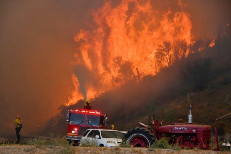Nekontrolējama savvaļas ugunsgrēka dēļ Losandželosas apkaimē evakuēti 50 000 cilvēku.