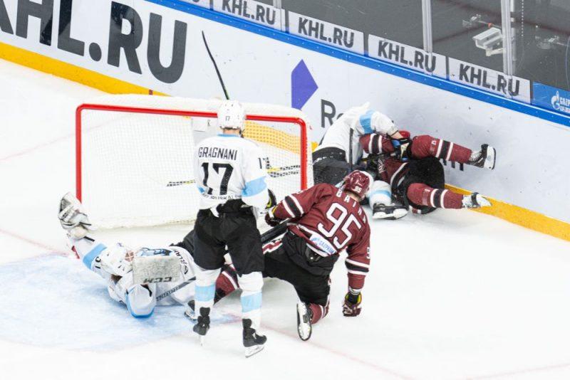 Rīgas un Minskas hokeja komandu cīņa.