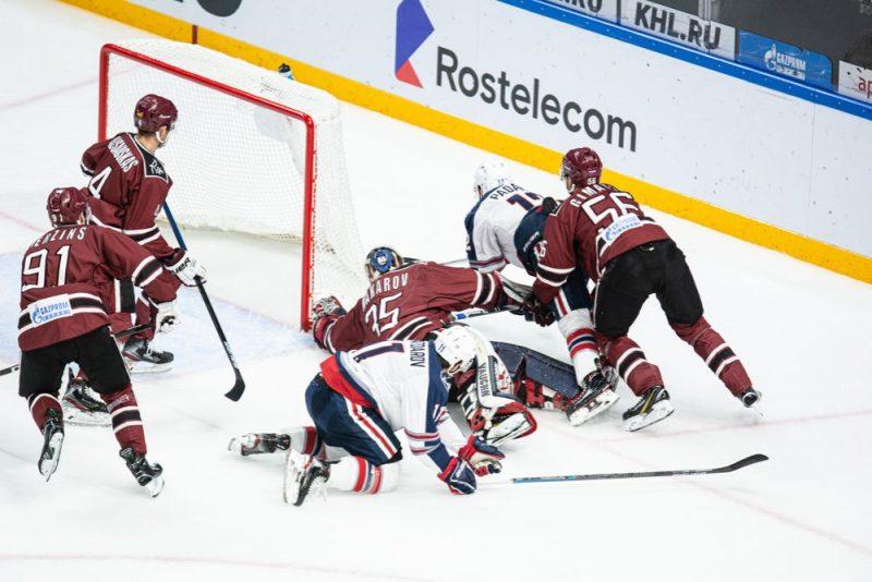 """Rīgas """"Dinamo"""" sīvā cīņā zaudēja """"Ņeftehimik"""" komandai."""