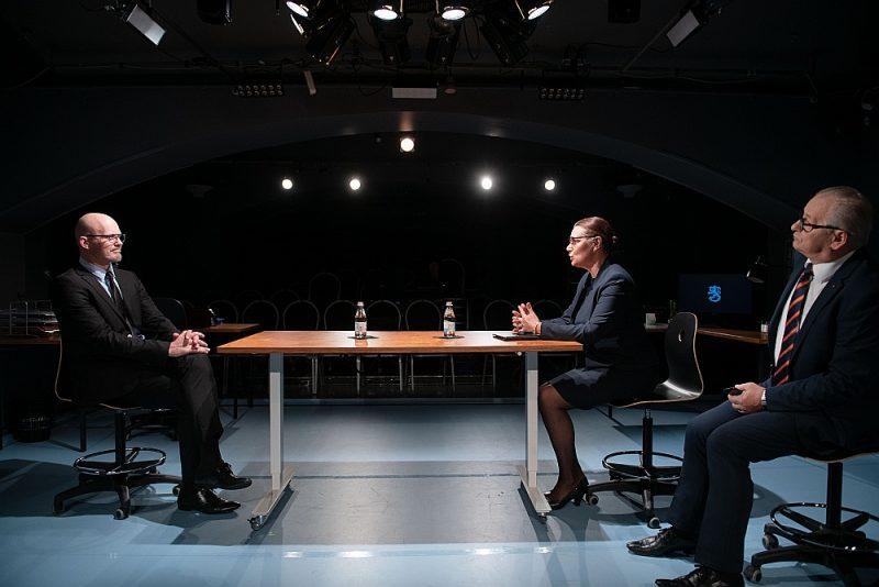 """Iestudējuma centrā ir Gundara Grasberga (no kreisās) Olli, akciju sabiedrības """"Somnimag"""" izpilddirektors, kura rokās ir viņa kolēģu un firmas liktenis."""