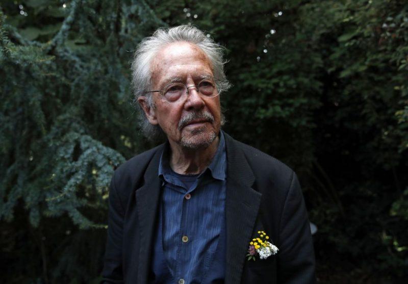 Nobela literatūras prēmijas piešķiršana austriešu rakstniekam Pēteram Handkem izsaukusi sašutumu Bosnijā un Kosovā.