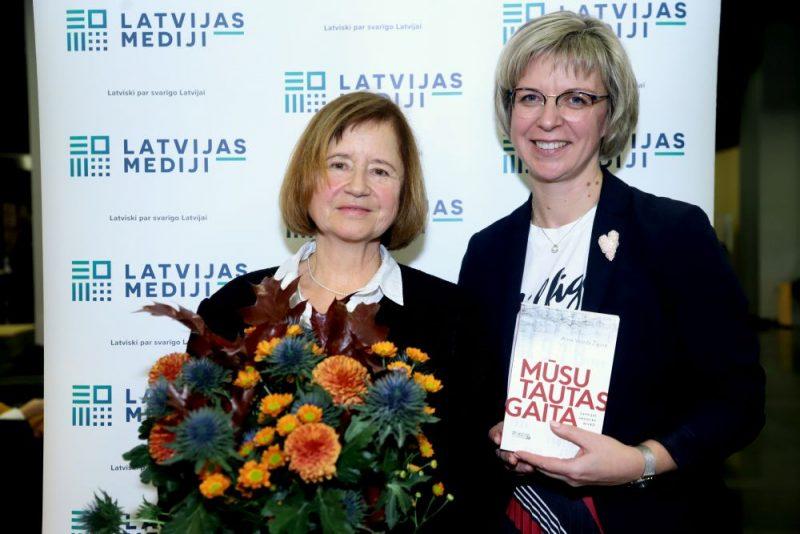 """Anna Velēda Žīgure un izdevniecības """"Latvijas Mediji"""" direktore Evija Veide."""