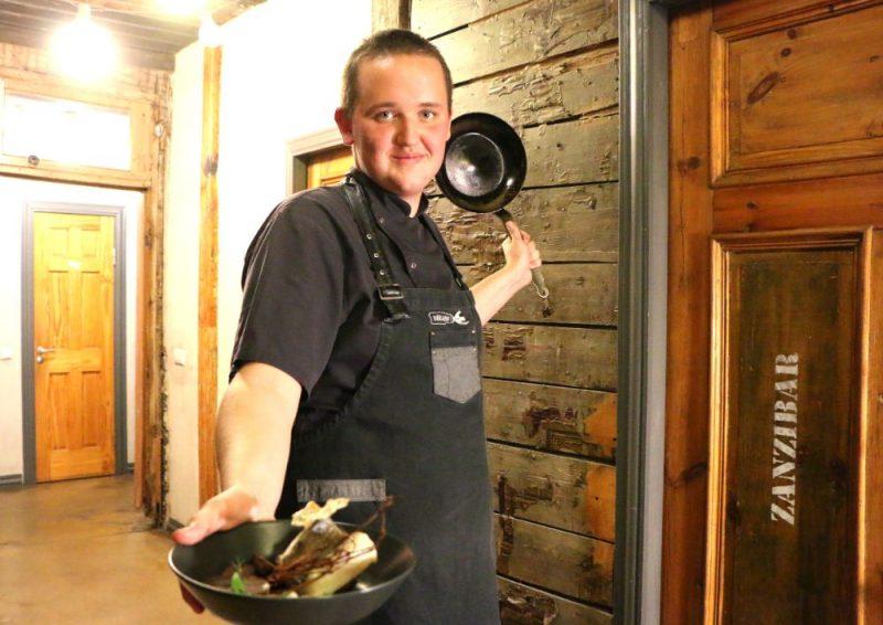 """Restorāna """"Dēkainis"""" vecākais pavārs Normunds Silkalns."""