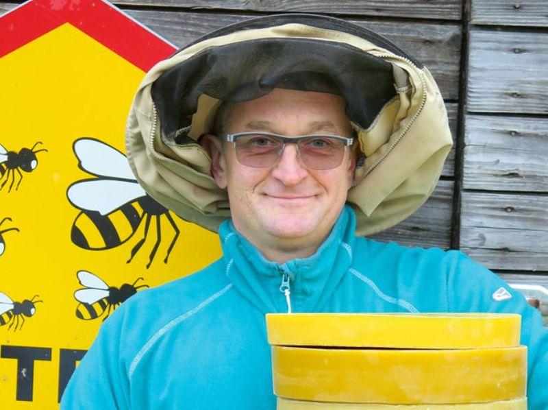 Igors Ignatjevs ar bitēm profesionāli darbojas kopš 2000.gada. Viņa dravā ziemo ap 80 saimju.
