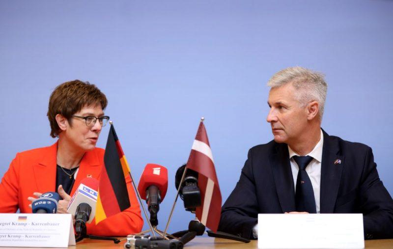 Vācijas aizsardzības ministre Annegrēta Krampa un Latvijas aizsardzības ministrs Artis Pabriks piedalās preses konferencē pēc tikšanās Aizsardzības ministrijā.