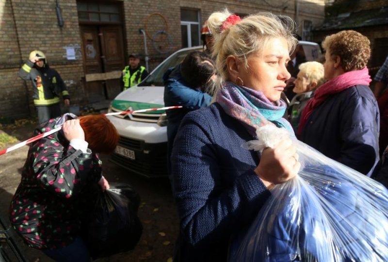 Evakuētie iedzīvotāji iznes personīgās mantas no dzīvojamās mājas Lāčplēša ielā 123B, kurā sestdienas vakarā iebrukuši ceturtā stāva griesti apmēram 30 kvadrātmetru platībā.