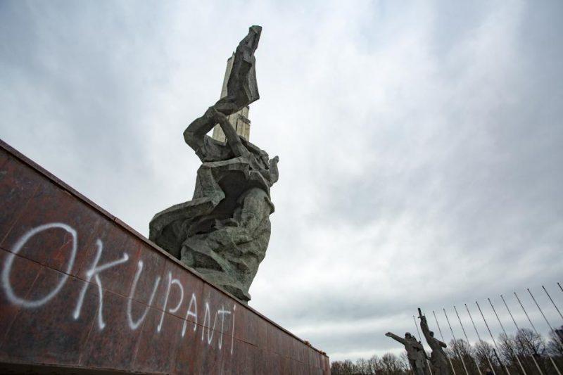 """Vandāļu atstātais uzraksts """"okupanti"""" uz pieminekļa """"Padomju Latvijas un Rīgas atbrīvotājiem no vācu fašistiskajiem iebrucējiem"""" Uzvaras parkā."""