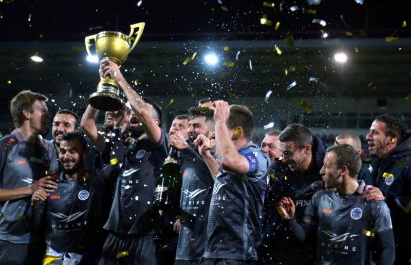 """""""Riga"""" futbolisti otro gadu pēc kārtas virs galvas ceļ Latvijas čempionu kausu."""