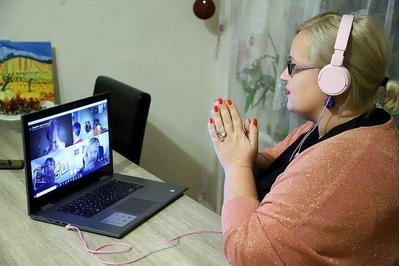 Skolotāja Inese Eglīte tiešsaistē vada latviešu valodas nodarbību ārpus Latvijas dzīvojošajiem bērniem.