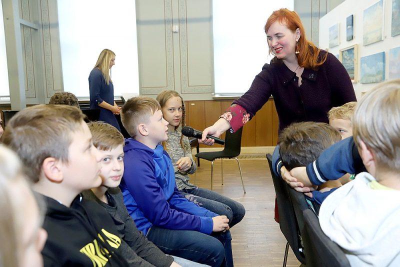 """Andras Manfeldes grāmata """"Ceriņslotas zīmējumi"""" tika atklāta oktobra sākumā Kuldīgas mākslas namā, bērniem, vecākiem un skolotājiem klātesot."""