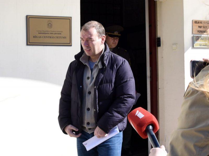 Māris Martinsons atstāj Rīgas Centrālcietumu pēc 500 000 eiro drošības naudas iemaksāšanas Valsts kasē.